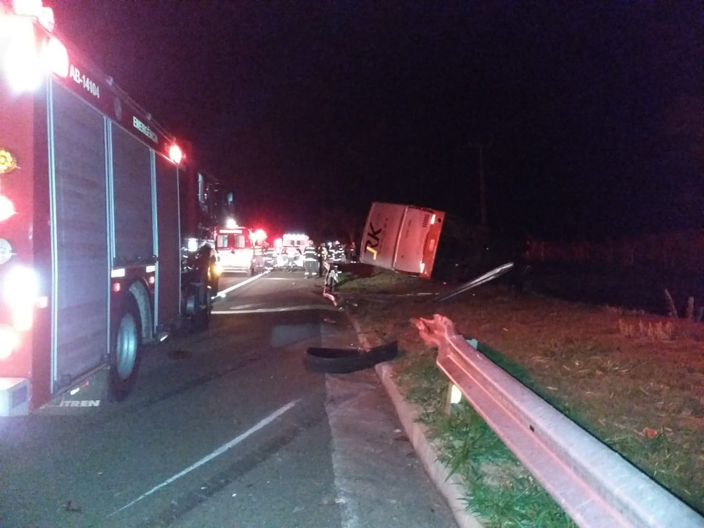 Batida entre carro e ônibus foi na SP-270 — Foto: Heloise Hamada/TV Fronteira