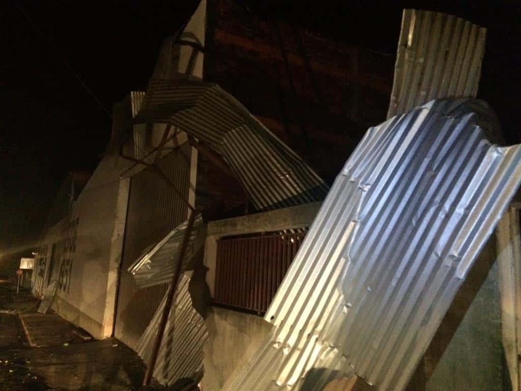 Defesa Civil de Paraguaçu atende famílias que tiveram casas destelhadas por forte ventania (Foto: Silvana Paiva)