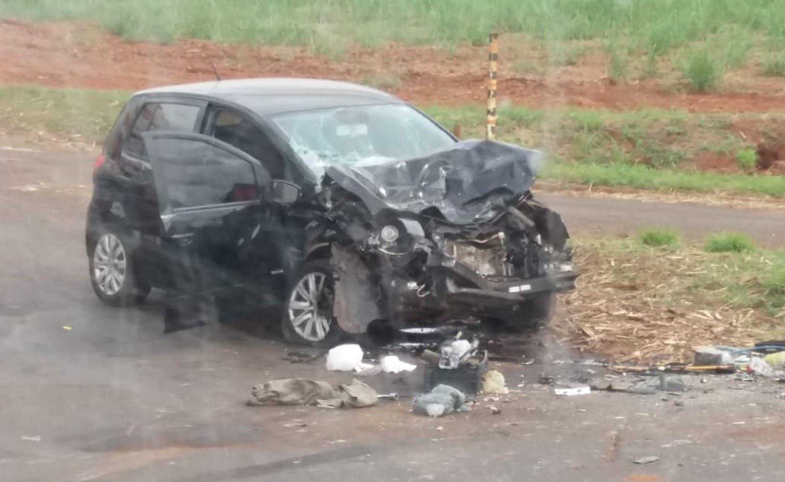 Carro ficou com a frente destruída e mulher acabou presa na ferragens e sofreu fratura na perna — Foto: Arquivo pessoal