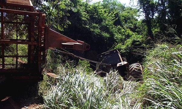 Trator cai em ribanceira em vicinal de Cândido Mota (Foto: Reprodução/O Diário do Vale)
