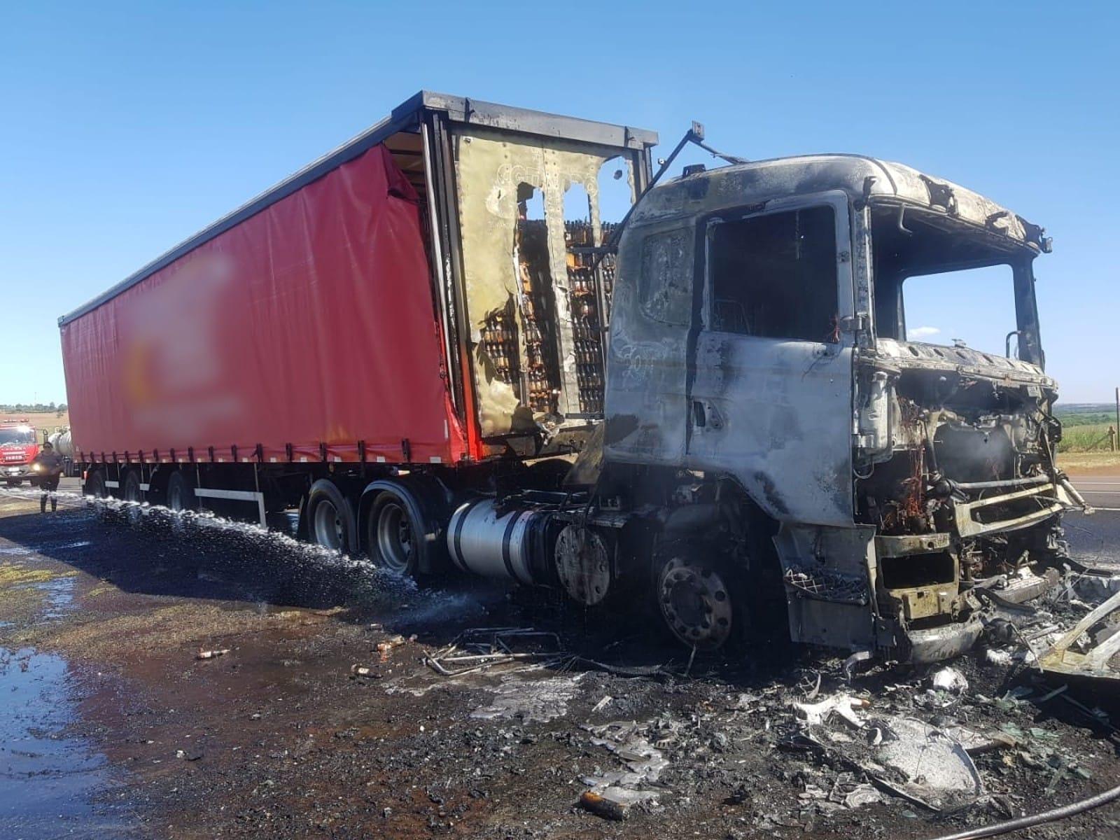 Caminhão de cerveja fica destruído depois de pegar fogo em rodovia de Paraguaçu Paulista — Foto: Corpo de Bombeiros/Divulgação