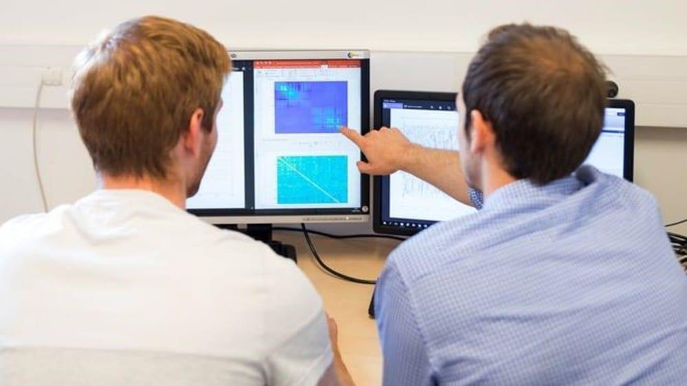 Cientistas usam avançados programas para controlar o equipamento — Foto: Fonds de Dotation Clinatec