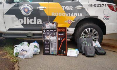 Com os suspeitos, policiais encontraram vários produtos que teriam sido comprados com o cartão furtado — Foto: Polícia Rodoviária/Divulgação