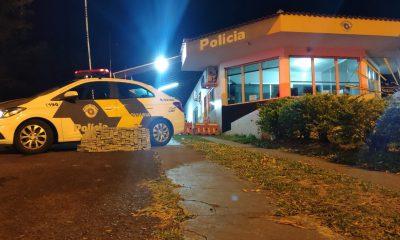 Policiais encontraram cerca de 150 kg de maconha escondidos no porta-malas do carro em Assis — Foto: Polícia Rodoviária/Divulgação