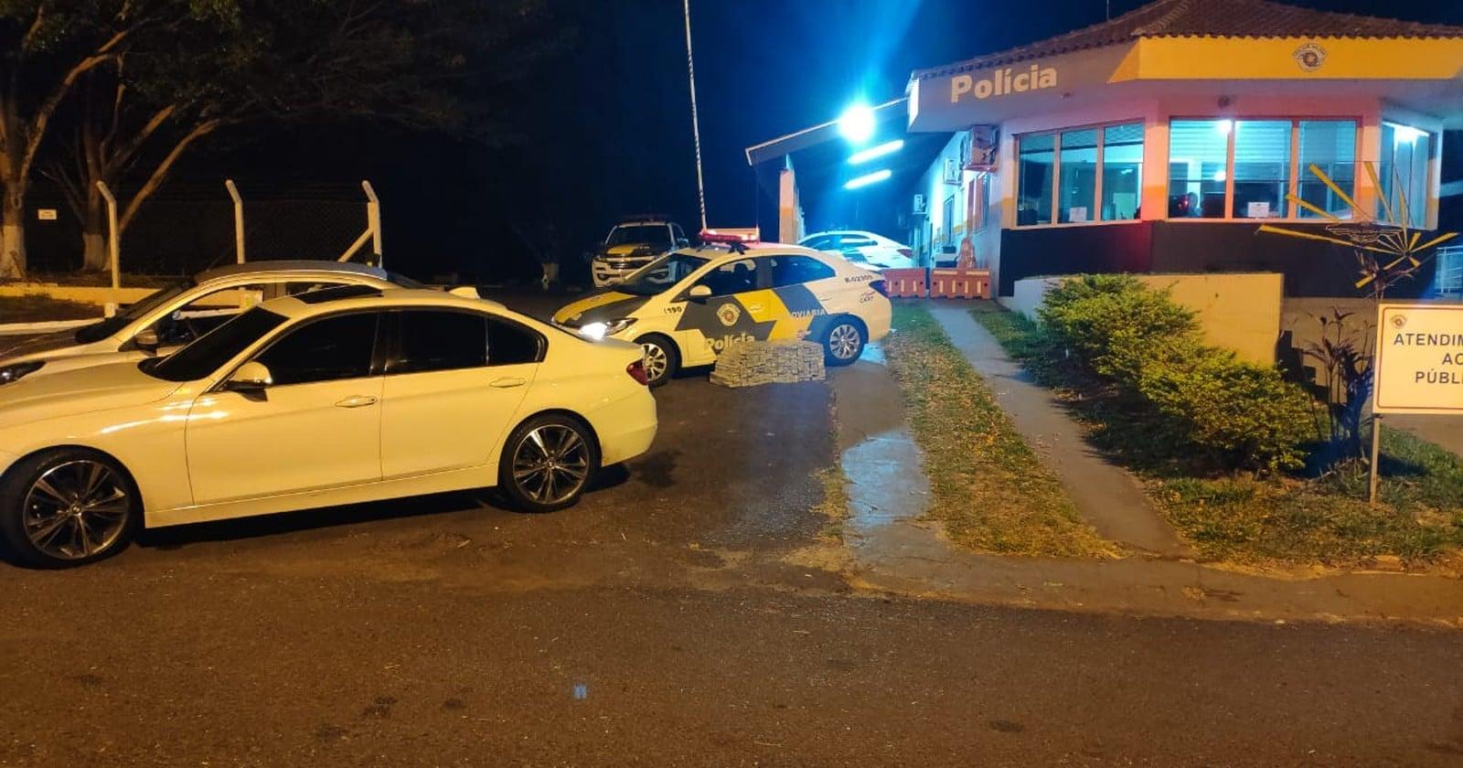 Dois carros foram abordados na sequência na rodovia Raposo Tavares em Assis — Foto: Polícia Rodoviária/Divulgação