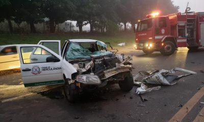 Carro da prefeitura de Herculândia fica destruído após colidir com carreta em rodovia de Tupã — Foto: Tupaense.com