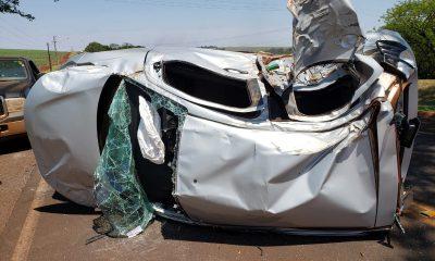Carro que capotou na vicinal entre Maracaí e Roseta ficou bastante danificado após o choque com o caminhão — Foto: Polícia Civil/Divulgação