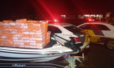 Em um fundo falso da lancha, policiais encontraram 746 tabletes de maconha, que pesaram 417 quilos — Foto: Polícia Rodoviária/Divulgação