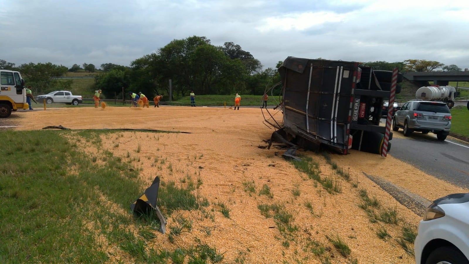 Caminhão tombou na Raposo Tavares e a carga ficou espalhada na pista em Assis — Foto: Polícia Rodoviária / Divulgação