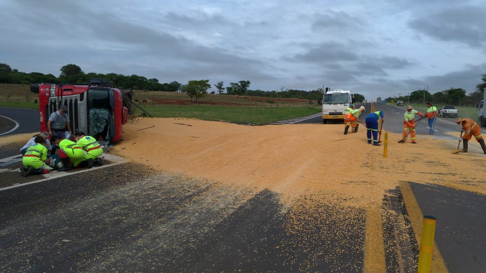 Equipes da concessionária fizeram o transbordo da carga em Assis — Foto: Polícia Rodoviária / Divulgação