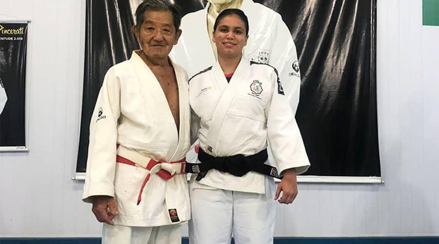 A agora faixa preta Larissa da Silva Felix com o Sansei Isaburo Suto