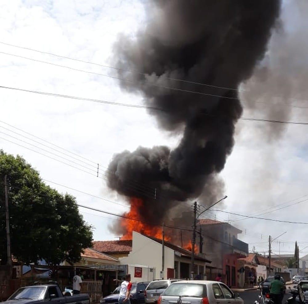 Incêndio destrói casa de madeira no centro de Bastos; ninguém se feriu — Foto: Arquivo pessoal/Valdecir Luís