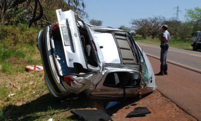 Após capotar, carro ficou de lado em uma valeta de águas pluviais ao lado da pista da SP-375 (Foto: Jornal da Comarca/Divulgação)