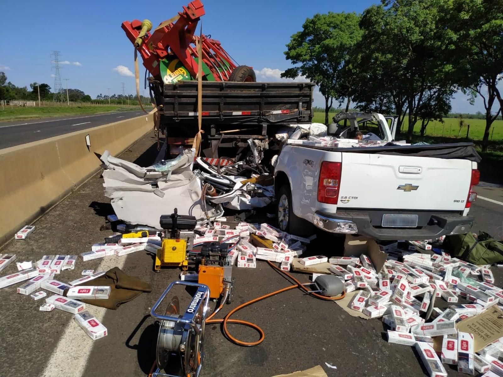 Motorista que dirigia a caminhonete bateu na traseira de caminhão e ficou preso nas ferragens — Foto: Polícia Militar Rodoviária