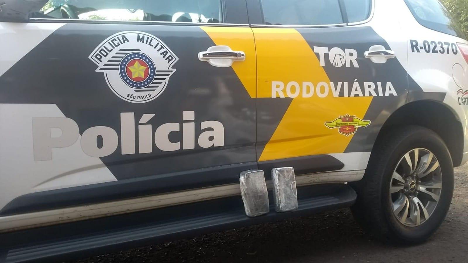 Polícia encontrou dois tabletes de pasta base de cocaína na bolsa de uma passageira de ônibus em Assis — Foto: Polícia Militar Rodoviária/Divulgação