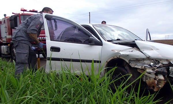 Carro colide em defensa metálica na 'Benedito Pires' (Foto: O Diário do Vale)