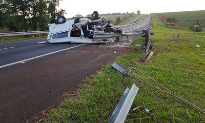 Veículo ficou destruído após o acidente em Assis (SP) — Foto: Divulgação/Polícia Rodoviária