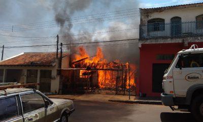 Casa de madeira fica destruída depois de pegar fogo no centro de Bastos — Foto: Arquivo pessoal/Valdecir Luís