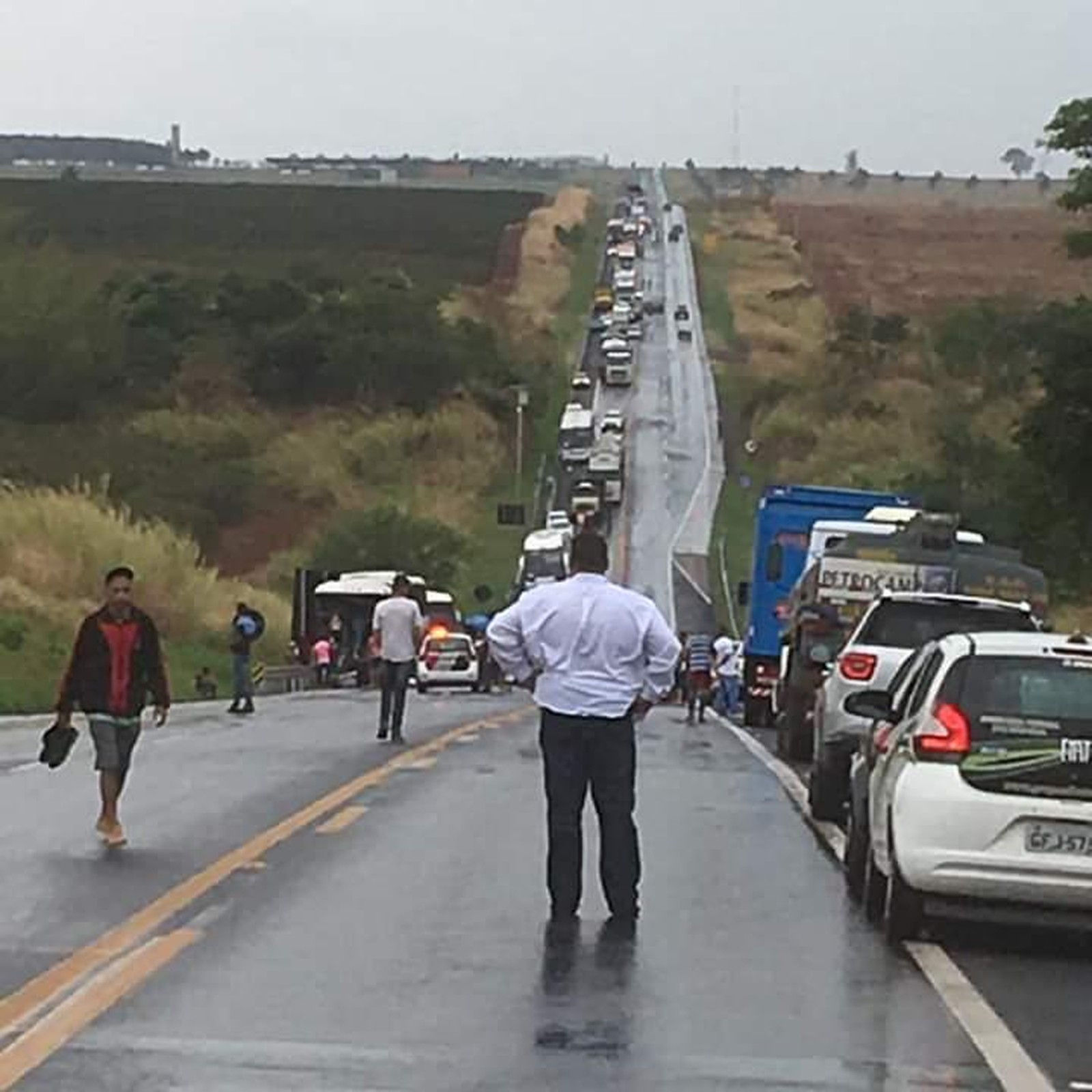 Trânsito ficou interditado no trecho entre Jaú e Bocaina e foi liberado no início da noite — Foto: Arquivo pessoal