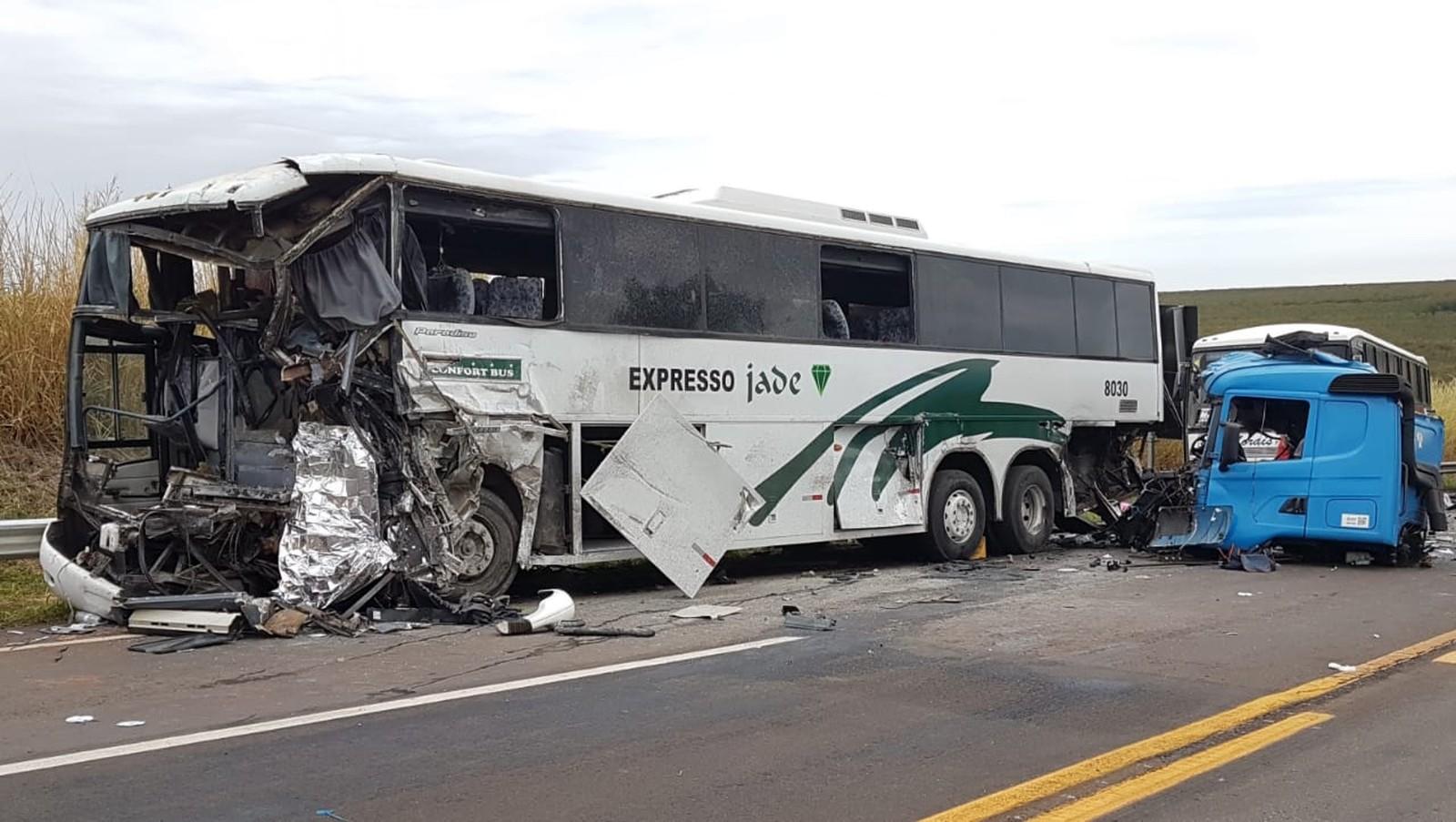 Acidente envolveu dois ônibus e caminhão entre Jaú e Bocaina — Foto: Luizinho Andretto/Divulgação