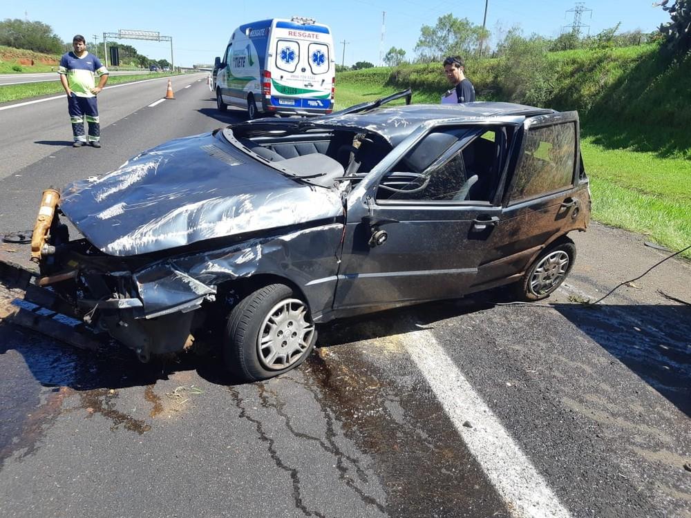 Carro ficou destruído após o acidente em São Manuel (SP) — Foto: Divulgação/Polícia Rodoviária