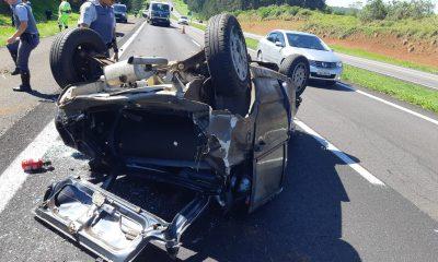 Carro capotou no km 269 da rodovia Marechal Rondon em São Manuel (SP) — Foto: Divulgação/Polícia Rodoviária