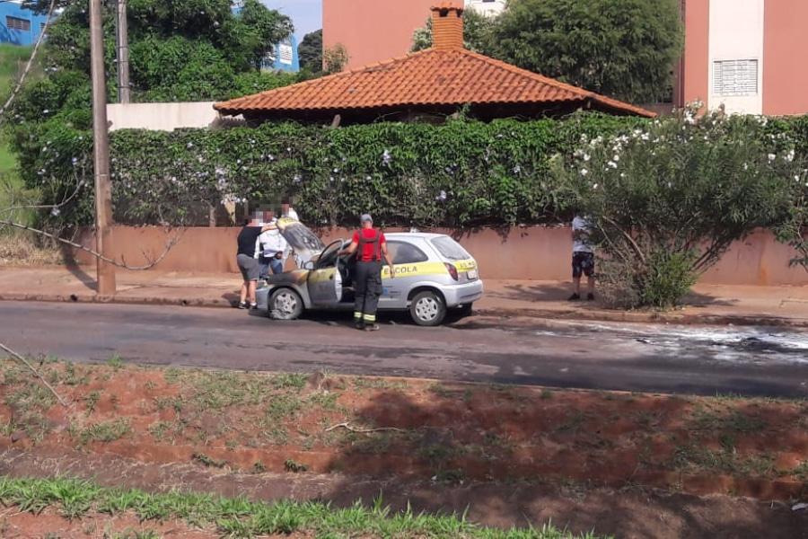 Carro de autoescola pega fogo em Assis; ninguém se feriu (Foto: The Brothers)