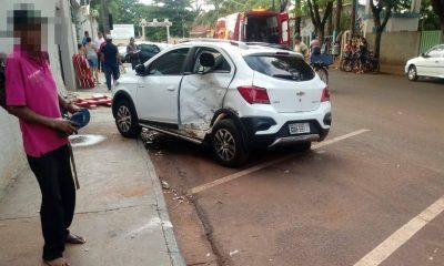 Motorista perde o controle e bate em carro estacionado em Cândido Mota (Foto: The Brothers)