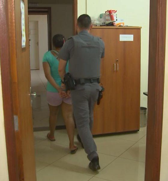 Mãe é presa suspeita de deixar bebê sozinho por 12h em casa em Santa Cruz do Rio Pardo — Foto: Reprodução/TV TEM
