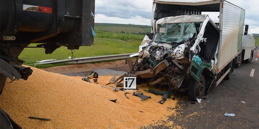 A frente do caminhão baú ficou totalmente destruída (Foto: Manoel Moreno)