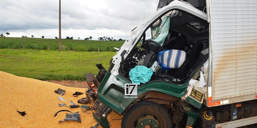 O motorista do caminhão precisou ser retirado das ferragens (Foto: Manoel Moreno)