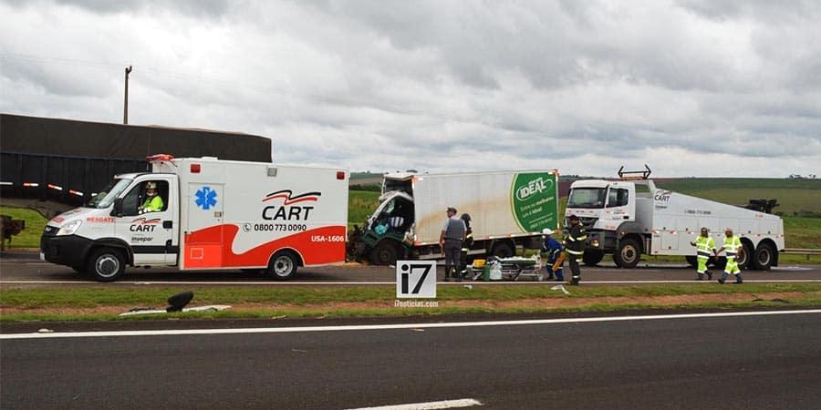 O acidente ocorreu na Rodovia Raposo Tavares, km 484, em Paraguaçu Paulista (SP) (Foto: Manoel Moreno)
