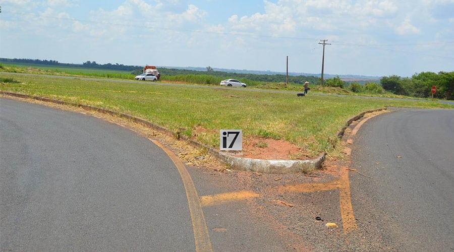 O veículo invadiu o canteiro, atravessou-o e foi parar do outro lado da rodovia (Foto: Foto: Manoel Moreno)