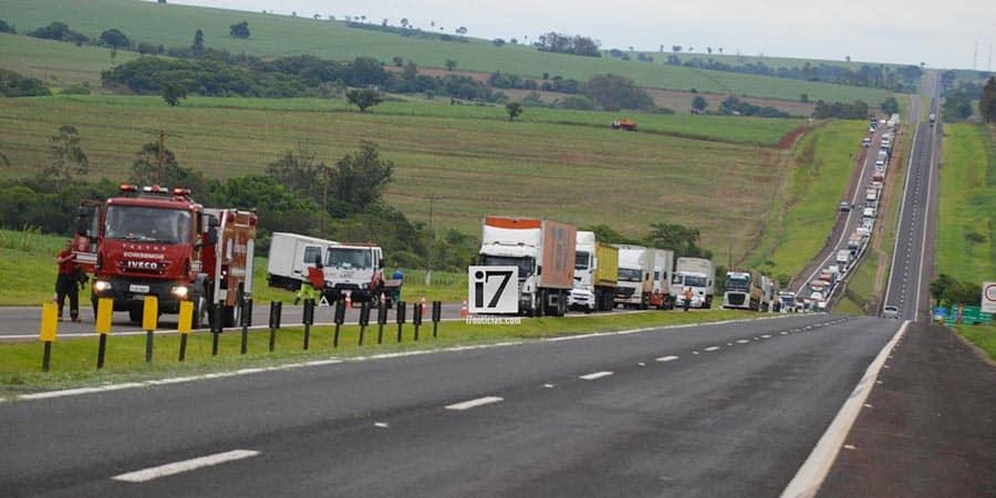 Uma longa fila de veículos se formou devido a interdição total do tráfego (Foto: Manoel Moreno)