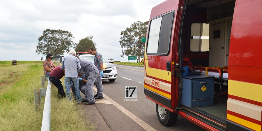 O motociclista foi resgatado pelo Corpo de Bombeiros e levado ao Pronto-Socorro (Foto: Manoel Moreno)