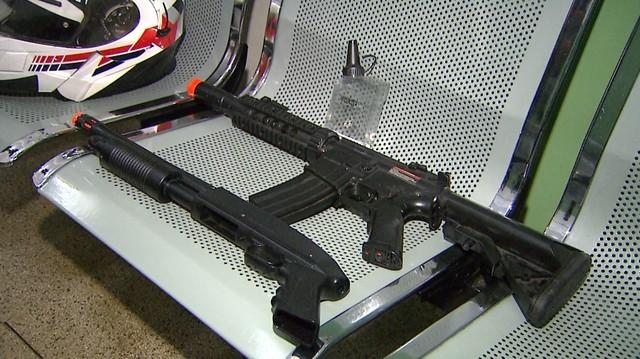 Armas de airsoft usadas por montador suspeito de torturar os filhos em Ribeirão Preto — Foto: Aurélio Aureliano/EPTV