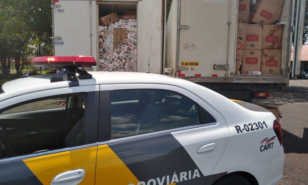 Dois dos caminhões carregados com caixas de cigarros foram apreendidos na SP-270, em Assis — Foto: Polícia Rodoviária/Divulgação