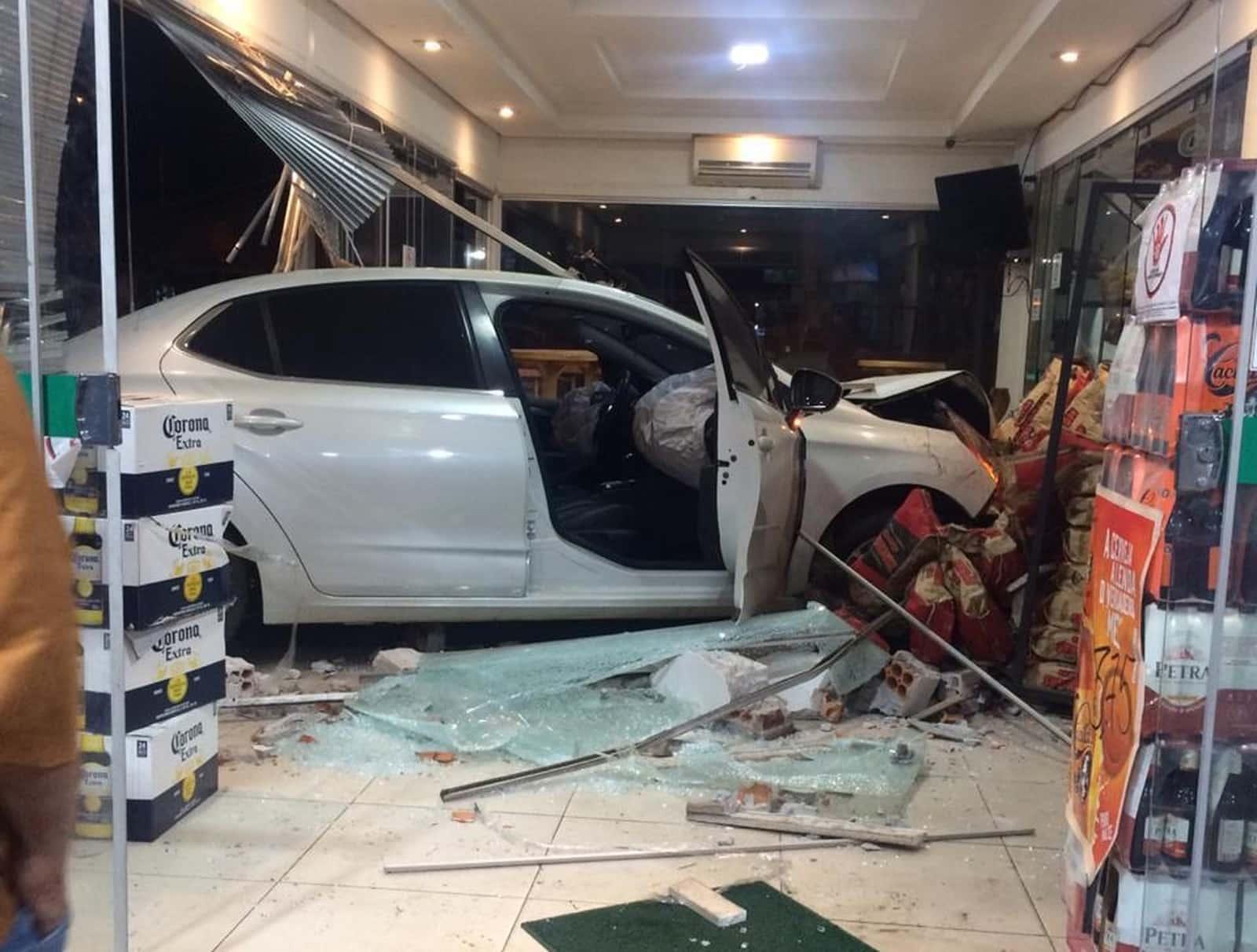 Veículo invadiu a loja de conveniência após motorista perder o controle em Assis — Foto: Arquivo pessoal