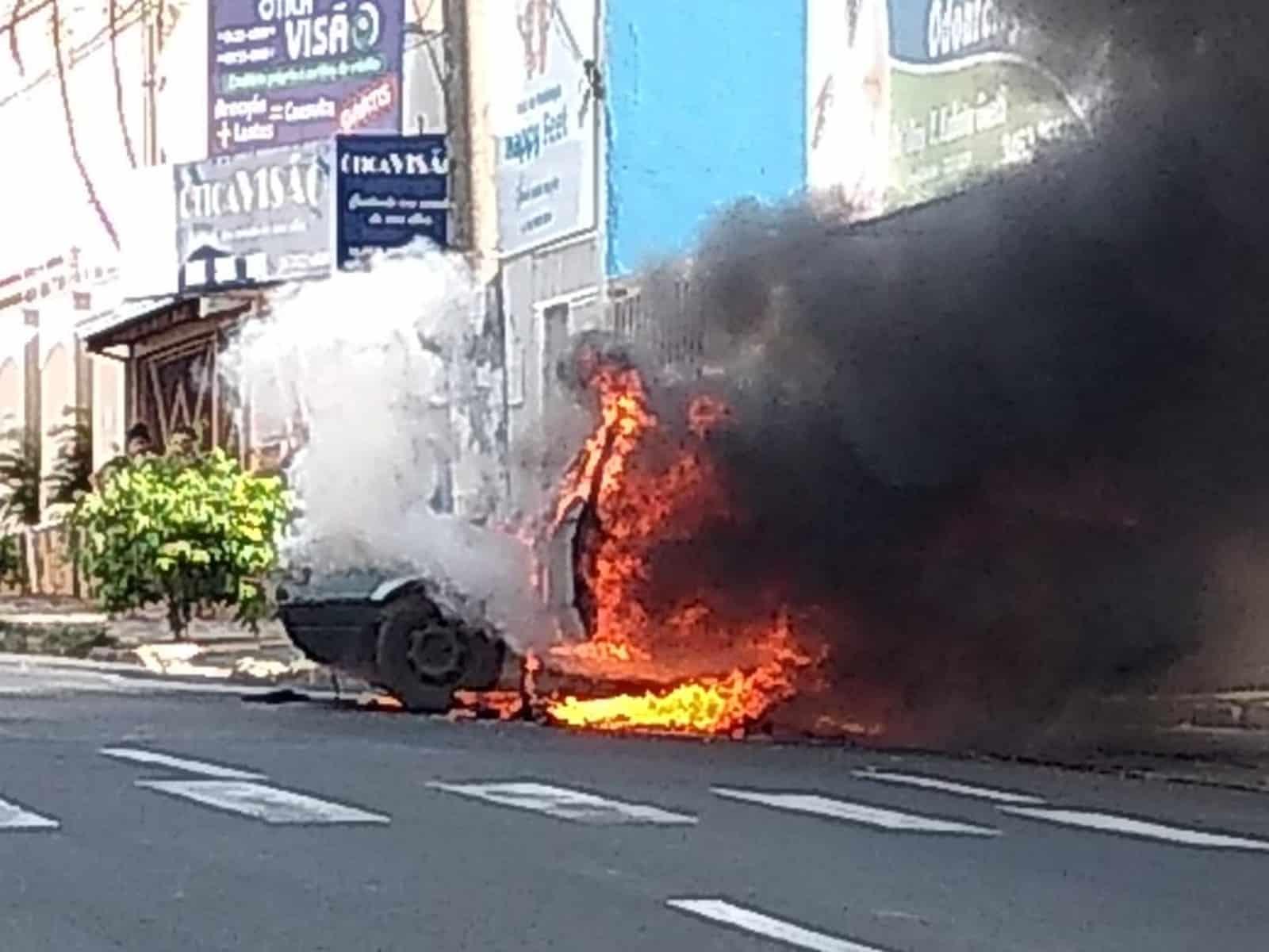 Carro pega fogo na Avenida República em Marília — Foto: Arquivo pessoal/Eduardo Meira