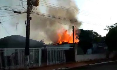 Incêndio em casa assusta moradores de Palmital; veja o vídeo