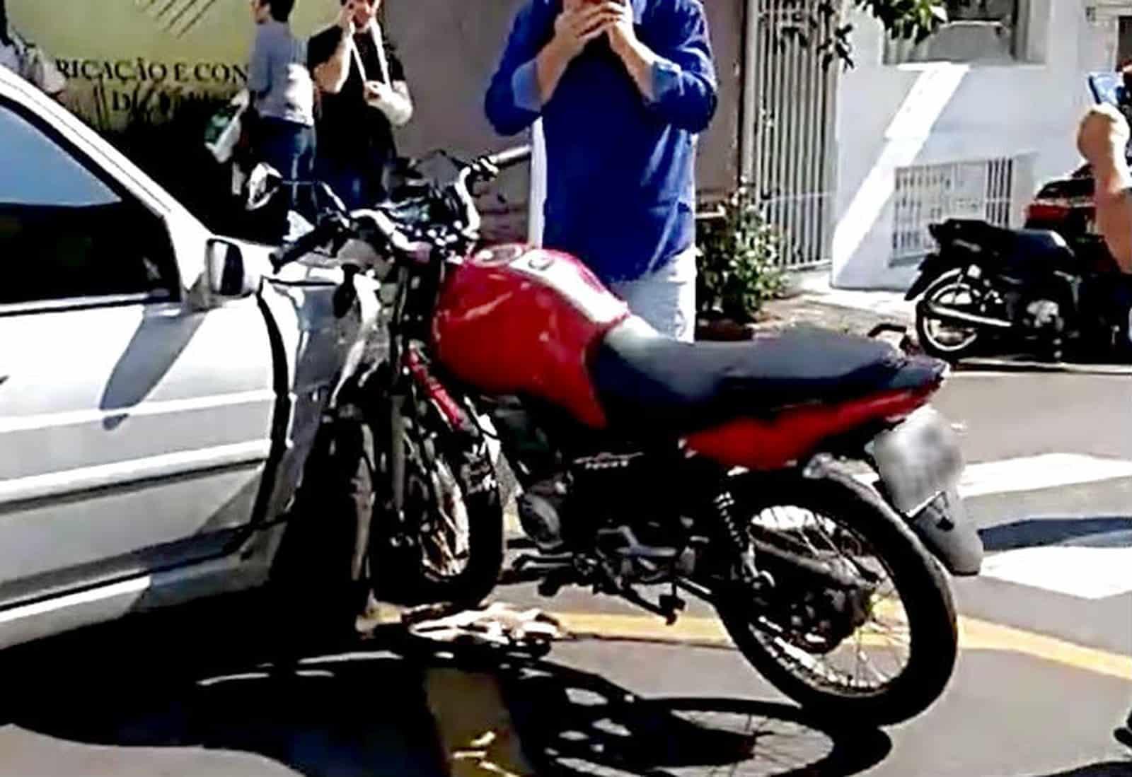 Motociclista fica ferido após bater contra carro em cruzamento de Marília — Foto: Arquivo pessoal