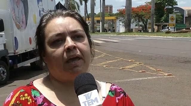 """Para a filha do idoso, Simone Dias, excesso de velocidade no local provocou o acidente: """"Os carros passam 'a milhão' por aqui"""" — Foto: TV TEM/Reprodução"""
