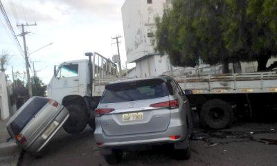 Após batida com veículo tipo SUV, caminhão atingiu outro carro que estava estacionado: sem feridos — Foto: Arquivo pessoal