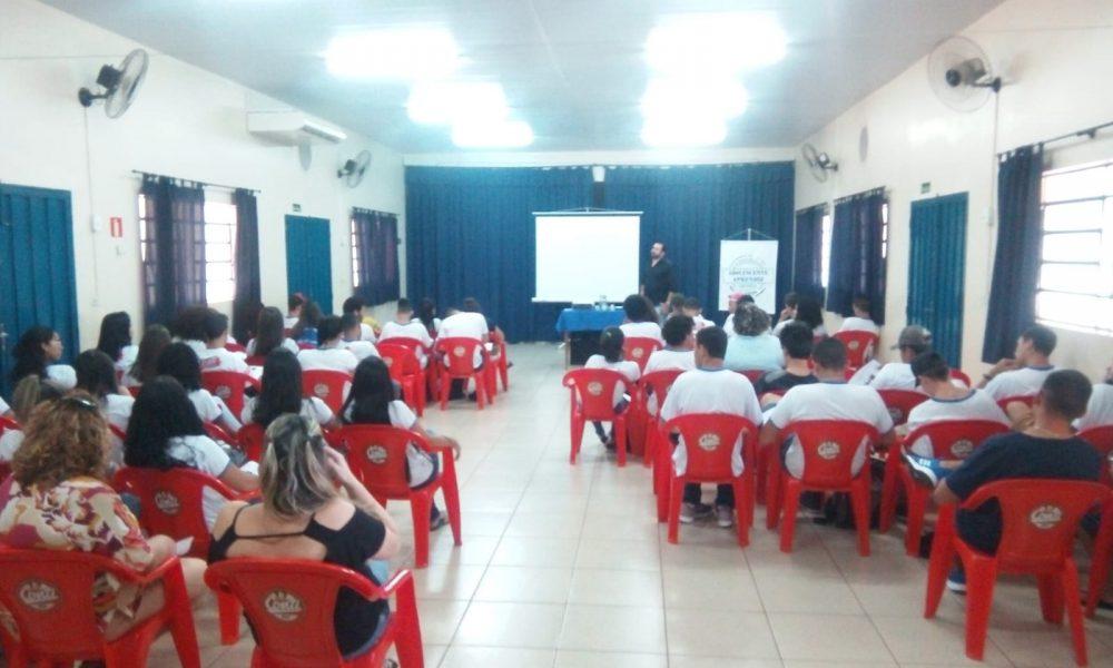 Adolescentes aprendizes recebem palestra sobre primeiro emprego (Foto: AssisNews)