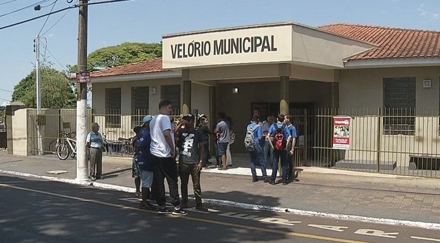 Adolescente foi velado por amigos e familiares na manhã desta quarta-feira (20) no Velório Municipal de Ourinhos — Foto: Reprodução/TV TEM