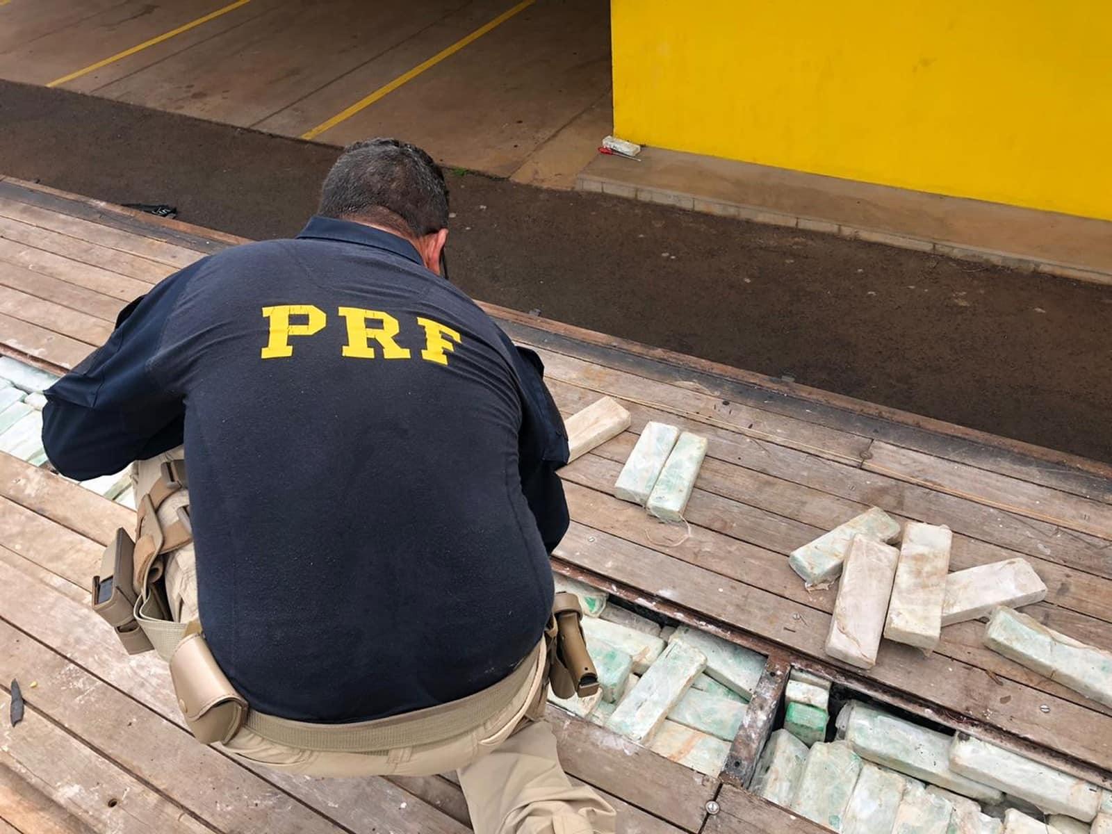 Droga estava escondida em fundo falso de caminhão e tinha cheiro de sabonete para despistar a polícia — Foto: Diogo Nolasco/TV TEM