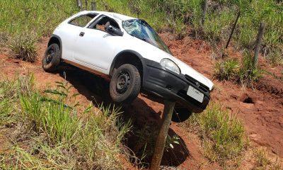 Motorista perdeu o controle da direção e carro capotou na SP-457 — Foto: Polícia Militar Rodoviária