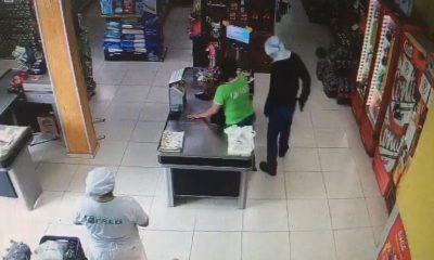 Criminoso chegou a chutar um cesto de lixo durante o assalto em Quatá — Foto: Circuito de segurança / reprodução