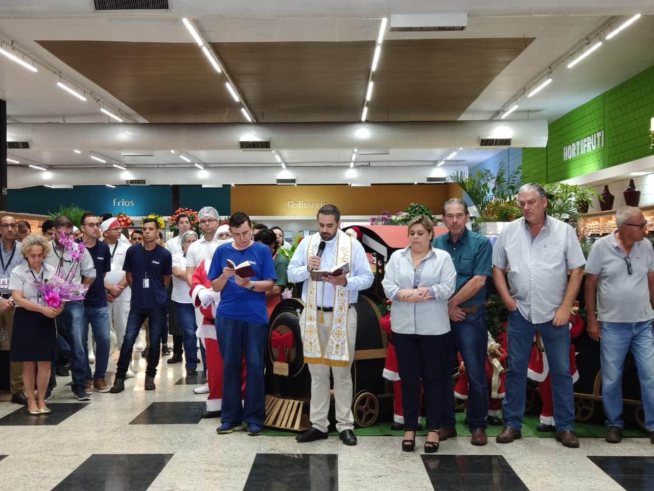 Durante a reinauguração foi celebrada uma benção com o Padre Juninho (Foto: Paty Ribeiro/AssisNews)