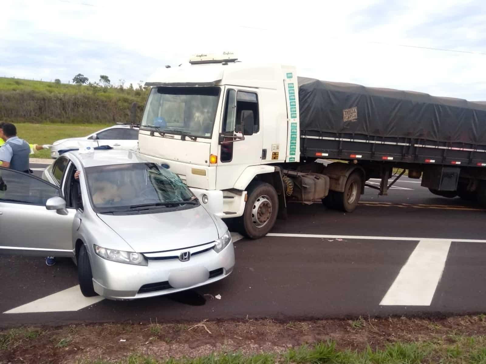 Batida lateral entre carro e caminhão deixa ferido no trevo de Oscar Bressane — Foto: Arquivo pessoal